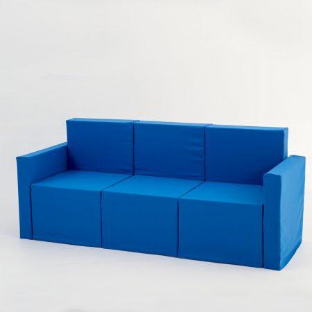 Sofá de tres plazas de cartón con fundas para homestaging