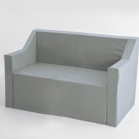 Sofa de dos plazas de cartón con fundas de tela