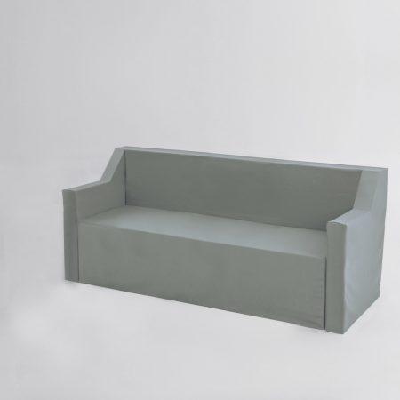 Sofá chaise longue de tres plazas de cartón con fundas